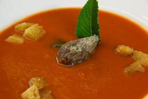 Sopa de tomate con higos y picatostes